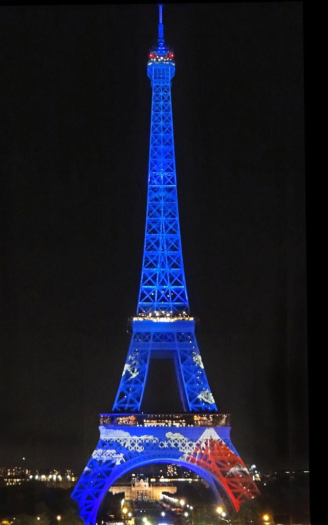 Tour Eiffel illuminée au motif du Mont Fuji (©︎Annie Dalbéra)